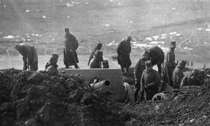 Војници укопавају хаубицу 120 мм Шнајдер-Кане М1910