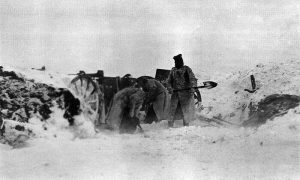 Војници уклањају снежне наносе са топа и каре 75 мм Шнајдер-Кане М1907