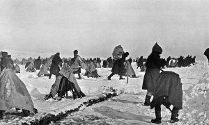 Војници Дунавске дивизије II позива чисте снег у логору