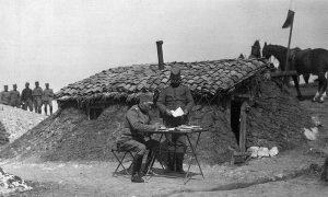 Командант 13. пука Тимочке дивизије I позива пуковник Миљко Поповић, испред земунице