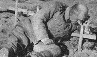 Јецај на гробу (фото Ристо Шуковић, српски војник поред гроба сина јединца)
