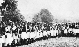 Стара фотографија Златибораца у народној ношњи