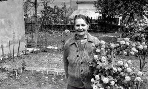 Milunka Savić ispred svoje kuće na Voždovcu (foto http://www.nedeljnik.rs)