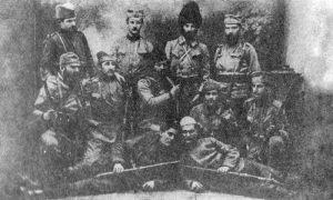 Страх и трепет за аустроугарске војнике и официре: мајор Војин Танкосић (у средини другог реда) са комитама