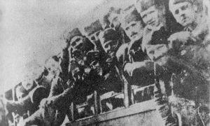 Пошто су победили у тру рата, српски војници се најзад враћају својим кућама